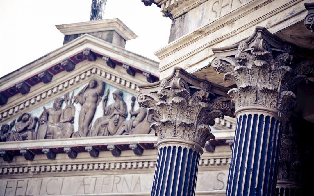Un suggestivo racconto per scoprire la finzione dei materiali cinematografici, la magnificenza di statue e templi di Roma.