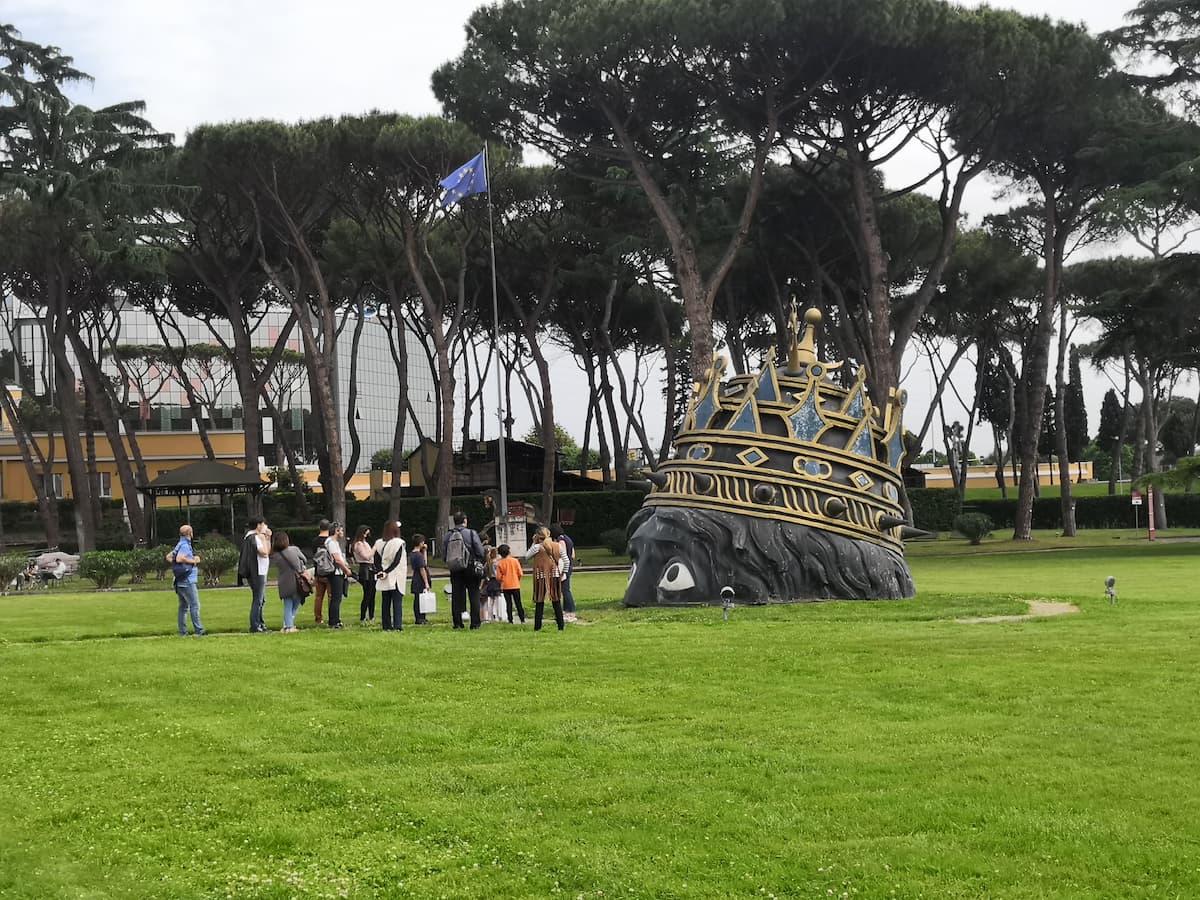 Una divertente visita animata per bambini e genitori insieme per conoscere curiosità, aneddoti e sogni di Federico Fellini, il regista che scelse Cinecittà come il luogo per dar forma ad ogni sua fantasia cinematografica