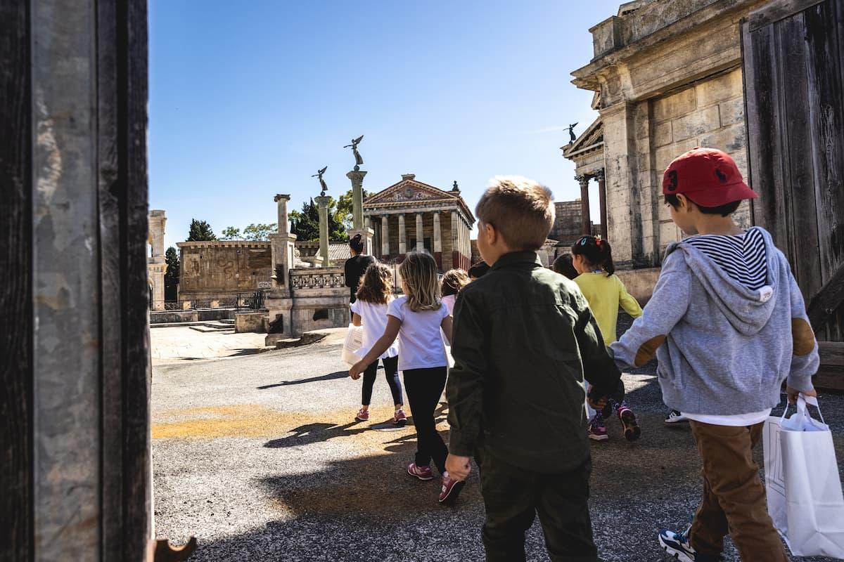 Una visita animata per vivere un'esperienza unica e coinvolgente tra templi, archi, colonne e scoprire tutti i segreti del set dressing immersi nei colori delle architetture del passato nel monumentale set di Roma antica di Cinecittà.
